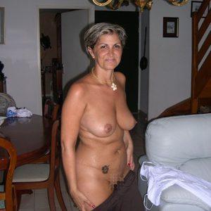 Ältere Frau will dringend Dauerstecher treffen